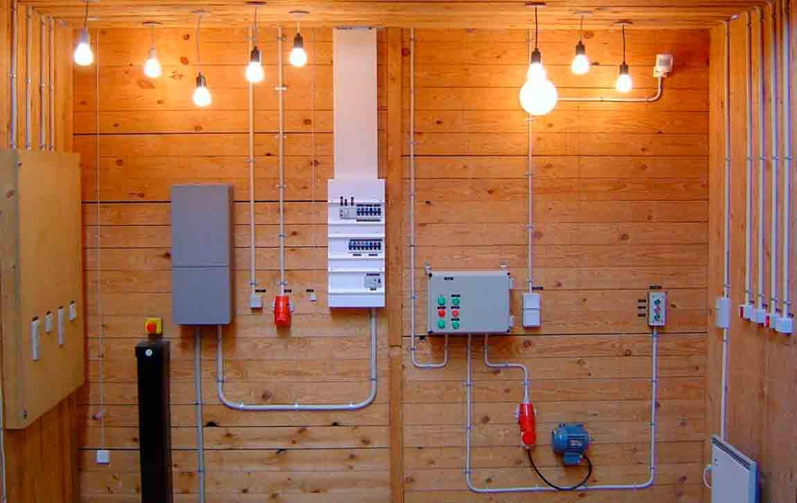 пример электропроводки открытым кабелем по дереву