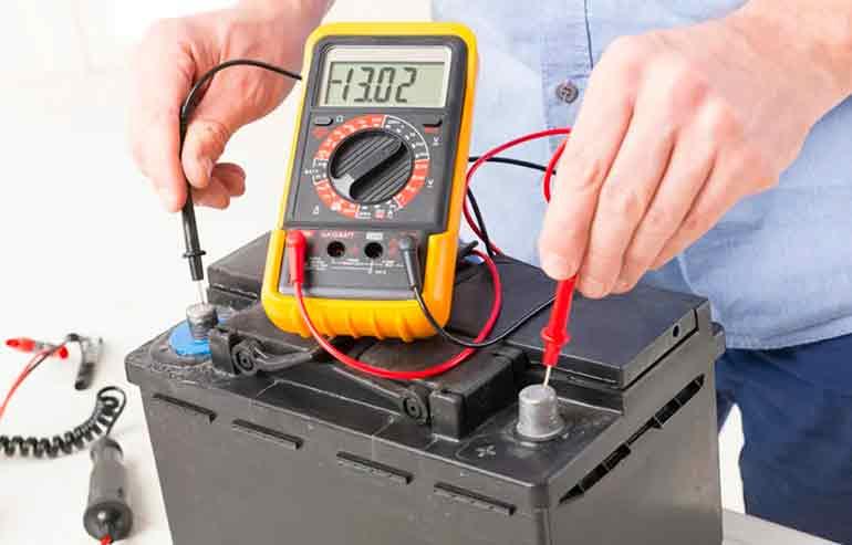 Замеряем напряжение на аккумуляторе